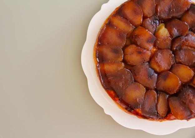 טארט טאטן תפוחים בקרמל רוזמרין